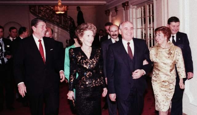 Gorbachev_and_Reagan_1987-012