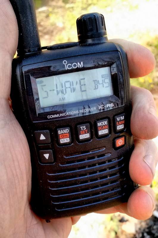 icom-ic-r6-in-hand